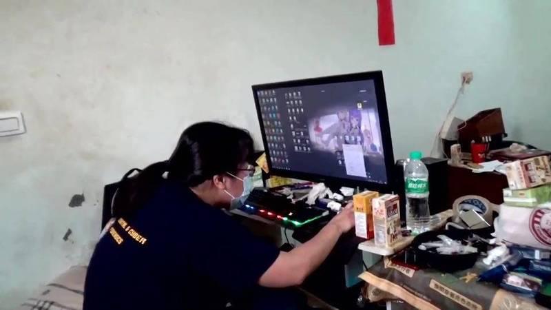 警方前往許男住處,查獲個人電腦內攻擊該電商電腦系統的相關數位證據。(記者姚岳宏翻攝)