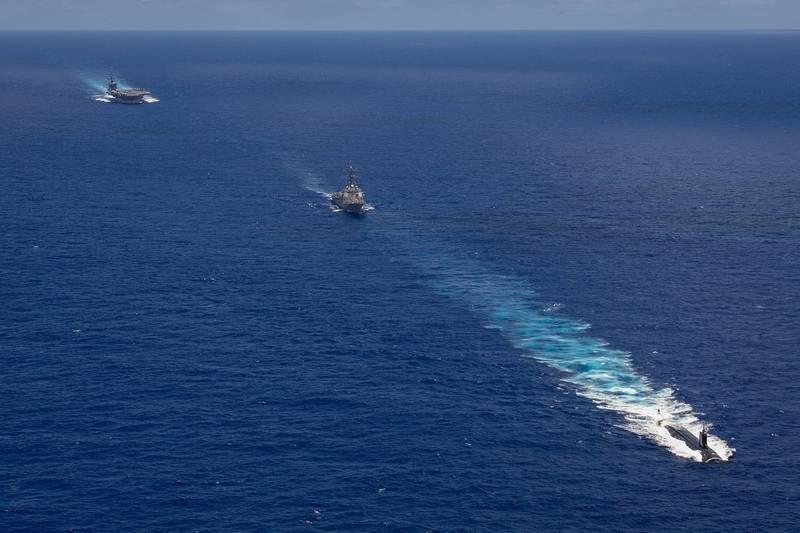 海狼號(圖右下)、與卡爾文森號航艦(圖左上)、驅逐艦杜威號(圖中),在夏威夷海域演練。(翻攝自美國太平洋艦隊官網)