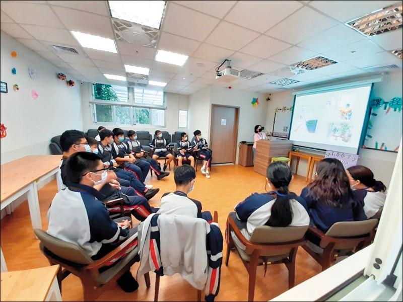北市私立開南中學教師替照服科學生上課,介紹相關課程內容。(開南中學提供)