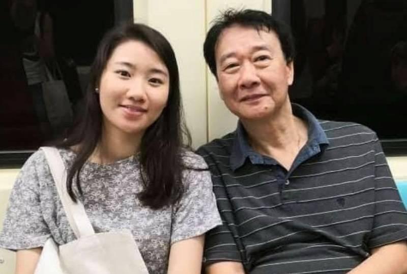 衛生福利部嘉義醫院麻醉科醫師曾慶暉(右)與28歲女兒曾以琳(左)合照。(資料照)
