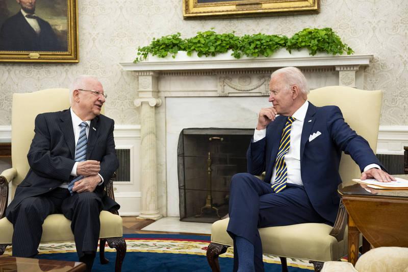 美總統拜登(右)與以色列總統李佛林(Reuven Rivlin)會面。(彭博)