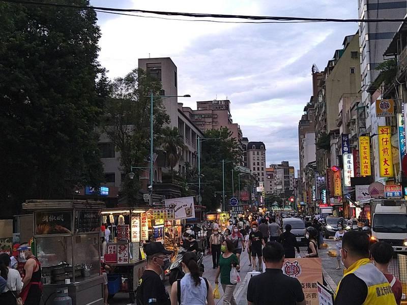 一名家住寧夏夜市附近的網友29日下午前往觀察微解封人潮。(圖片擷取自PTT)