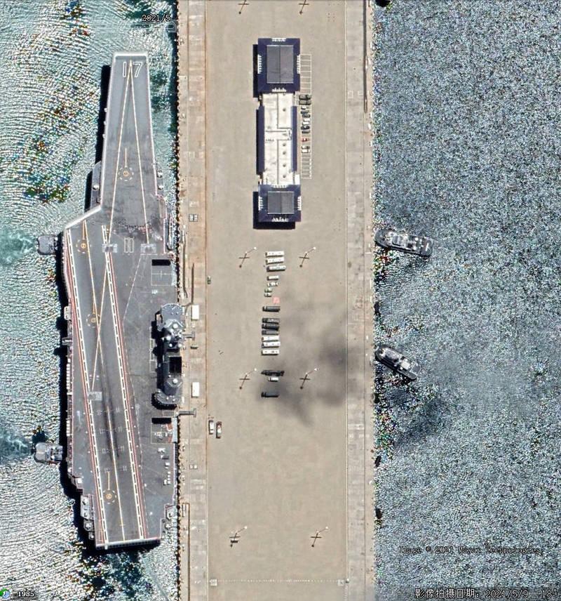 停靠在海南島三亞母港的「山東號」,其甲板上出現不明痕跡引發討論。(圖擷自Twitter)