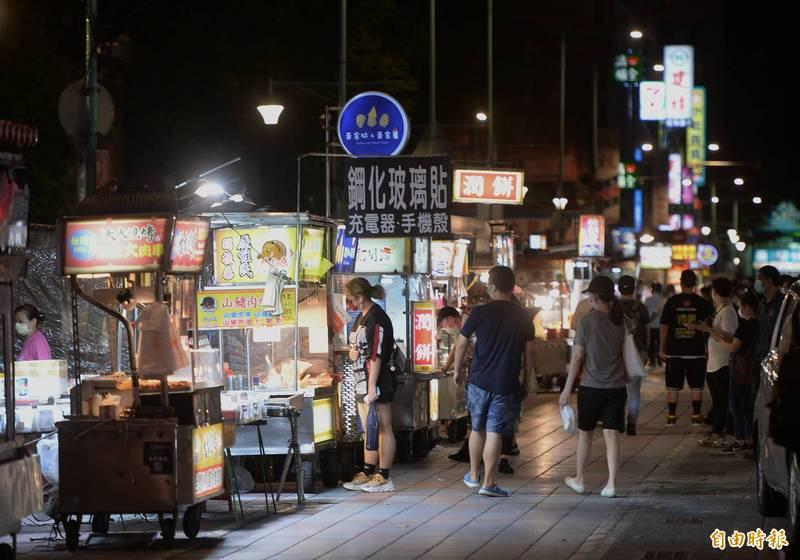 寧夏夜市「微解封」,採單邊隔週輪換模式營業。(記者林正堃攝)