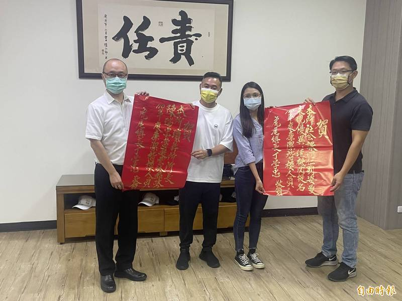 陳瑞宗(左一)、劉姿曼(左三)獲廉潔楷模。(記者林國賢攝)