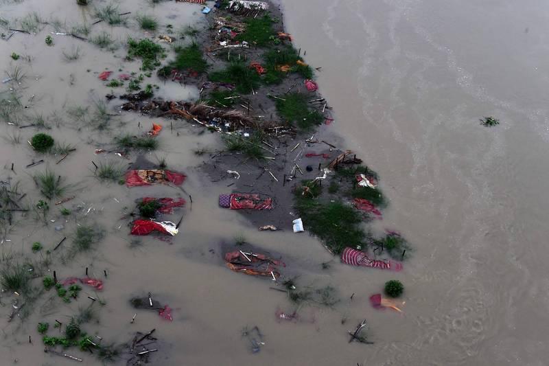 恆河沿岸有許多遺體被河水沖刷出來。(法新社)