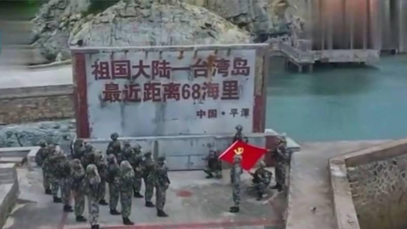 解放軍東部戰區29日有數10名官兵集結在距台最近的平潭縣,對著中共黨旗宣誓。(圖翻攝自微博)