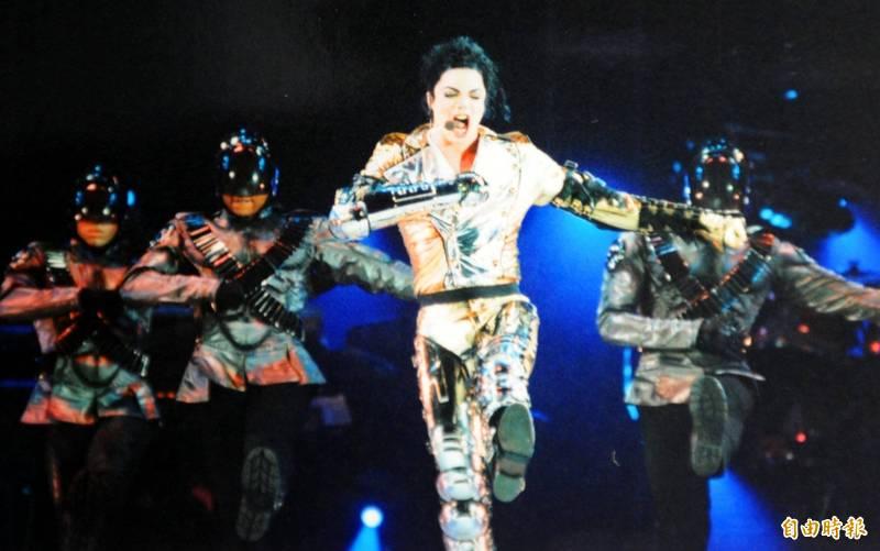 麥可傑克森曾於1993年及1996年2次訪台,在台灣舉辦過5場演唱會,擁有相當高的人氣,在傳出死訊後也讓不少粉絲相當傷心,圖為麥可傑克森高雄演唱會的照片。(記者張忠義攝)