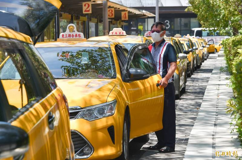 台北市政府7月1日起將調整長照一般戶交通接送補助,每次部分負擔由15%改為30%計。圖為台北車站外排班的計程車。(資料照,記者塗建榮攝)