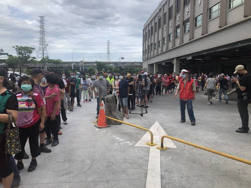 環南市場日前施打疫苗現場排隊等車的狀況。(記者楊心慧翻攝)