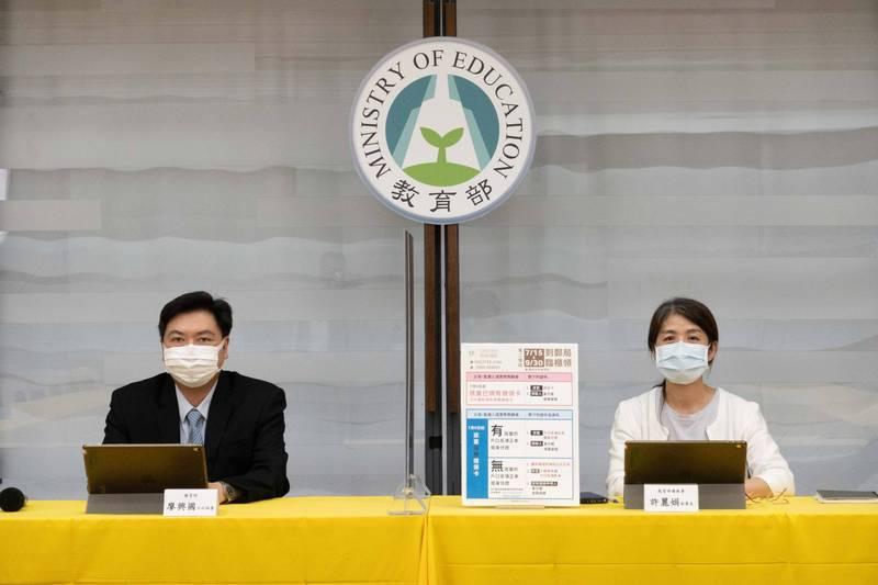 家庭防疫補貼,教育部主秘廖興國(左)和國教署副署長許麗娟(右)昨宣布,今年7月15日起全國各郵局櫃檯也會加入服務行列。(教育部提供)