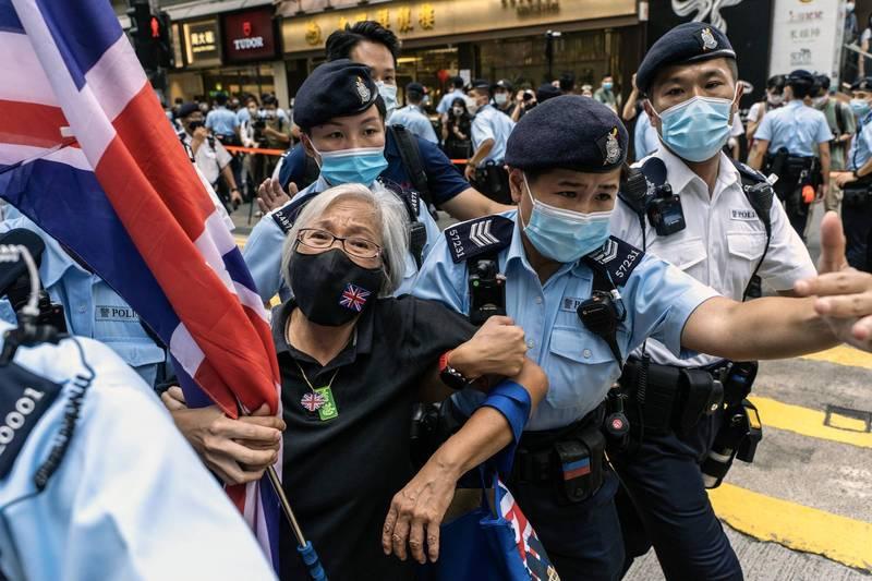 反送中知名人士「王婆婆」王鳳瑤下午在銅鑼灣高舉英國國旗,被警方帶走。(彭博)