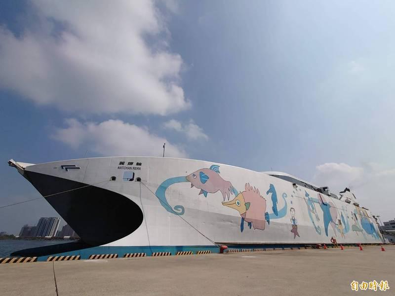 因為疫情,目前麗娜輪仍停泊安平港。(記者洪瑞琴攝)