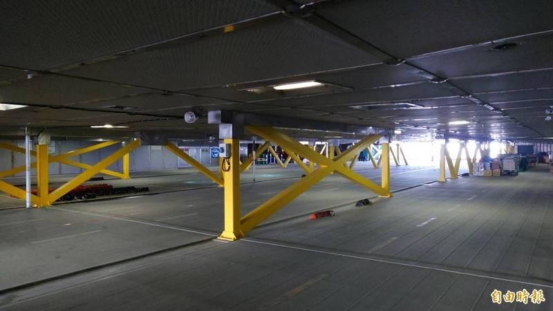 重達1萬712噸的麗娜輪,空間夠大可容納遊覽車、小型汽車。(記者洪瑞琴攝)