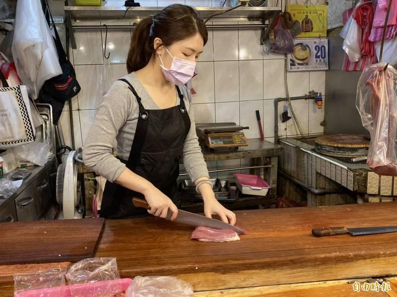 東門市場「豬肉公主」張采婕在臉書聲援林昶佐,鄉民質疑她是林昶佐團隊的人。(資料照)