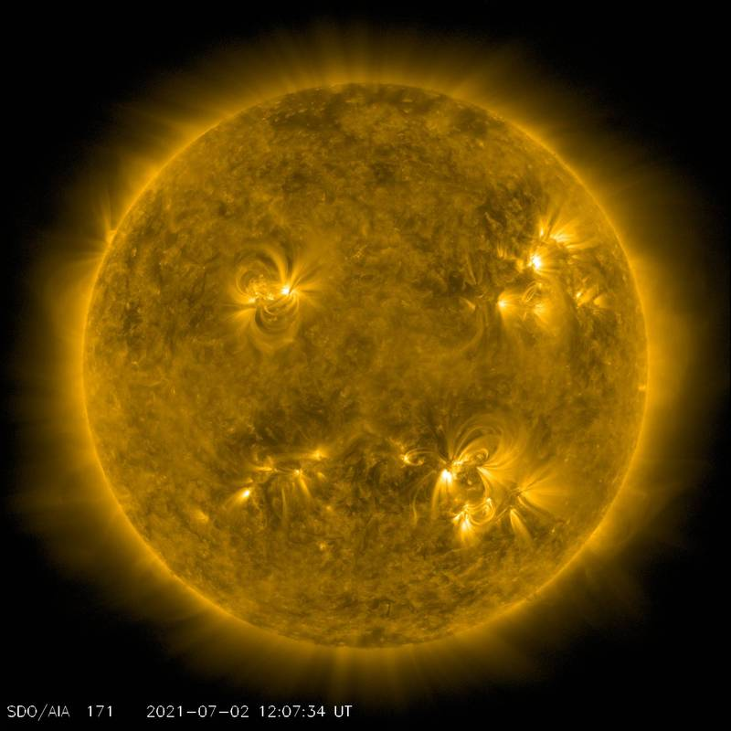 象局長鄭明典今(2日)在臉書貼出太陽動力學天文台(SDO)的「太陽極紫外線影片」。(圖取自SDO)