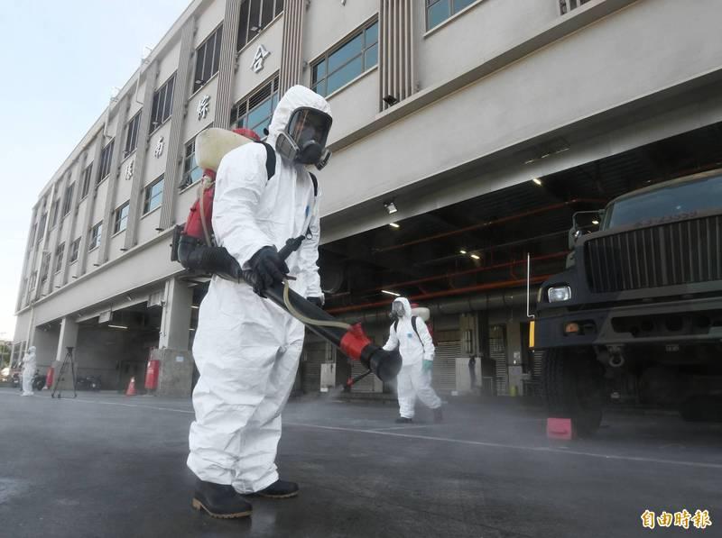 台北環南市場爆41人PCR陽性,國軍化學兵與台北市環保局人員進駐清消。(記者廖振輝攝)