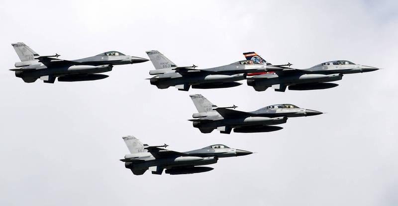 荷蘭國防部近日證實,將出售12架F-16給美國私人國防訓練公司「達肯國際」(Draken International),該公司主要承包美空軍聯隊委託的模擬空戰任務,負責擔任美空軍於空中的假想敵。圖為我國F-16。(歐新社)