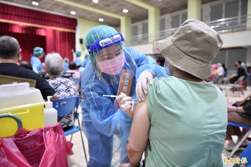 花蓮縣65歲以上原住民、75歲以上長者今天打莫德納疫苗,接種率94.7%。(記者王峻祺攝)
