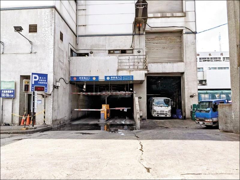 到7/2中午為止,環南家禽批發市場的小型車停車場仍自由進出。(讀者提供)