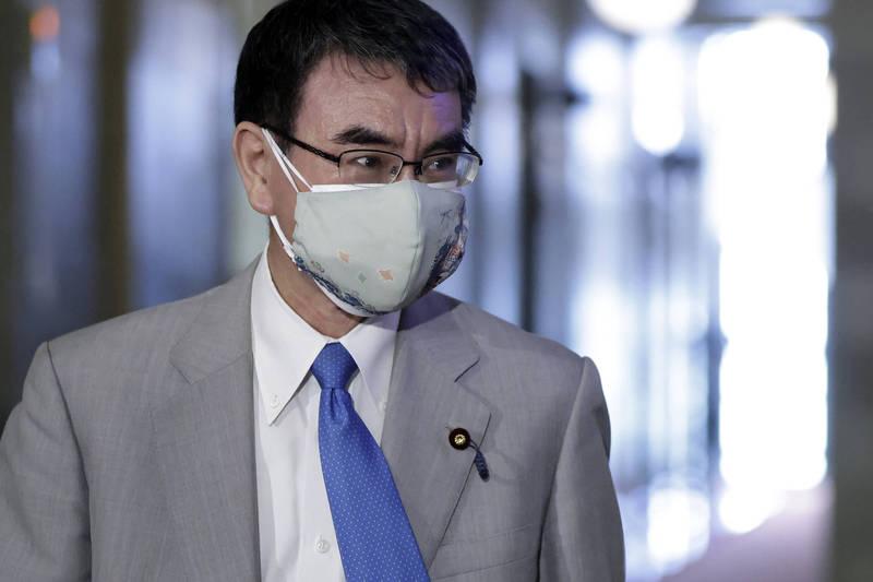 日本行政改革大臣河野太郎2日說明疫苗供給情況。(彭博社資料照)
