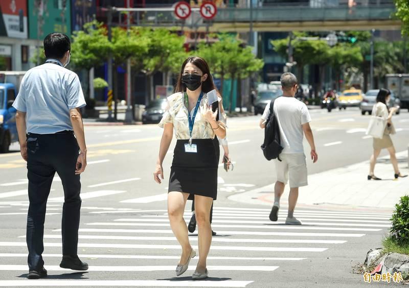 天氣晴朗炎熱,明(4)日中午前後花蓮縣縱谷,宜蘭縣近山區或河谷有36℃以上氣溫發生的機率。(資料照)