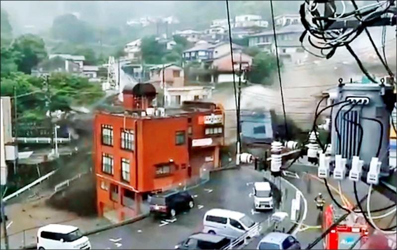 日本靜岡縣熱海市伊豆山地區豪雨成災,大量土石流沖向民宅。(目擊者影片截圖,路透)
