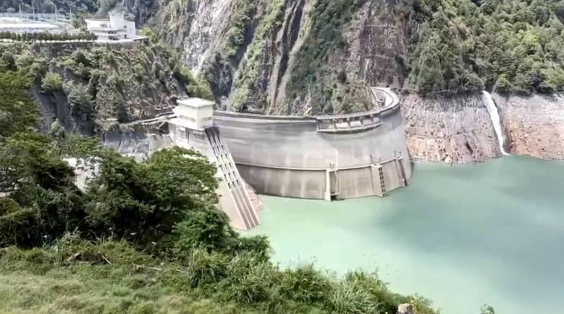 德基水庫集水區天氣晴朗未下雨,但水庫一仍進帳153萬噸。(記者歐素美翻攝)