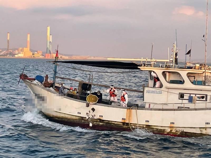 中國漁船「閩惠漁04262號」在彰化王功外25浬處越界捕撈,並以流刺網作業,遭台中海巡隊查獲帶回偵辦。(記者歐素美翻攝)