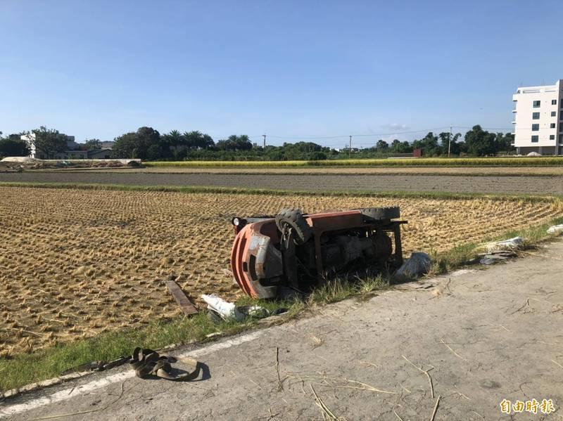 花蓮縣新城鄉一處農地今早發生堆高機翻覆壓死21歲蔡姓男子的意外。(記者王錦義翻攝)