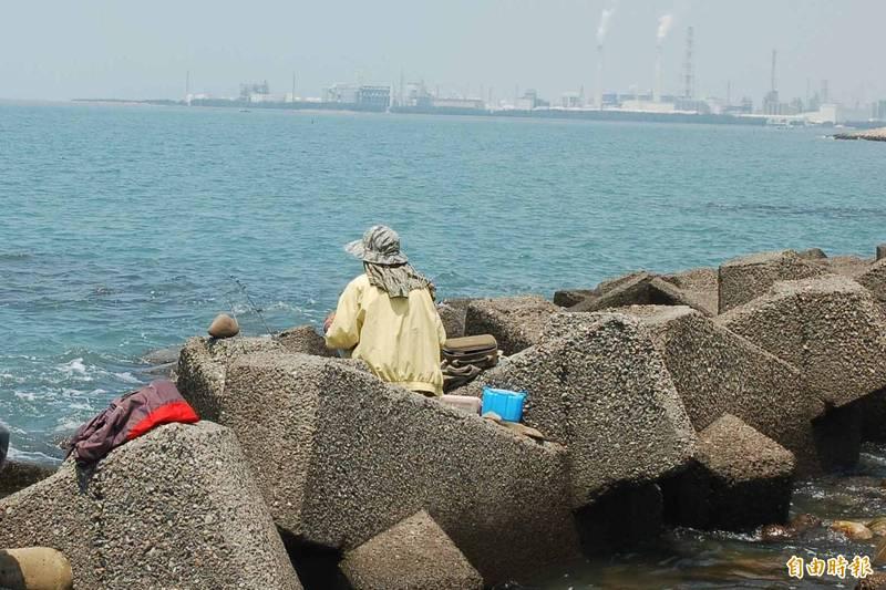 紓解防疫悶心情,民眾選擇到海邊釣魚舒壓。(記者林國賢攝)