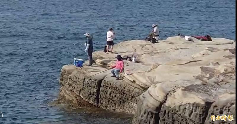 基隆和東北角一帶再現釣客垂釣。(記者盧賢秀攝)