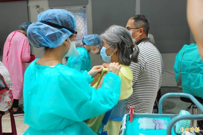 花蓮今天是長輩莫德納疫苗接種第2天,今天上午開始的疫苗殘劑預約改用網路預約,但3秒搶頭香的「超快速度」被網友質疑不公平。(記者花孟璟攝)