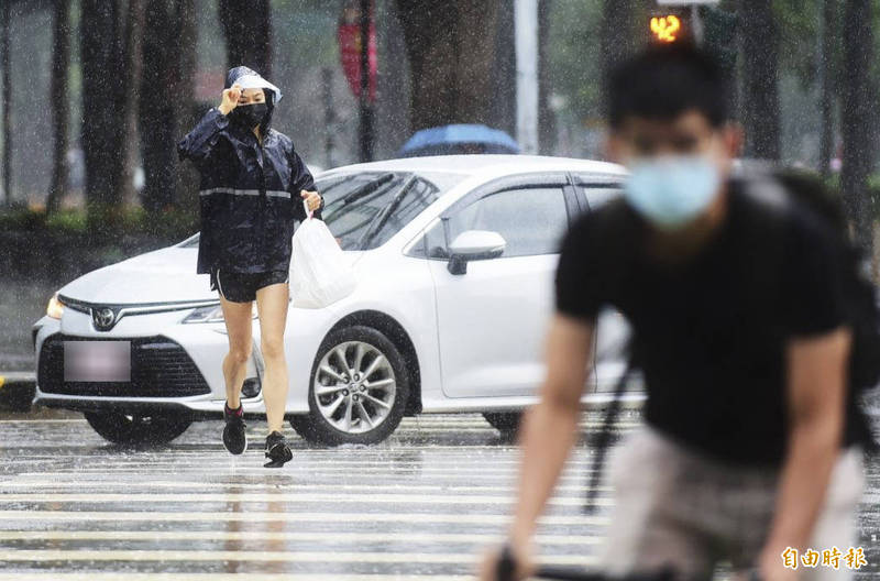 明天(5日)中午過後,外圍環流陸續抵達,台東、花蓮、恆春、屏東開始有下雨機會,宜蘭、高雄、台南也將有飄雨機會。(資料照,記者廖耀東攝)