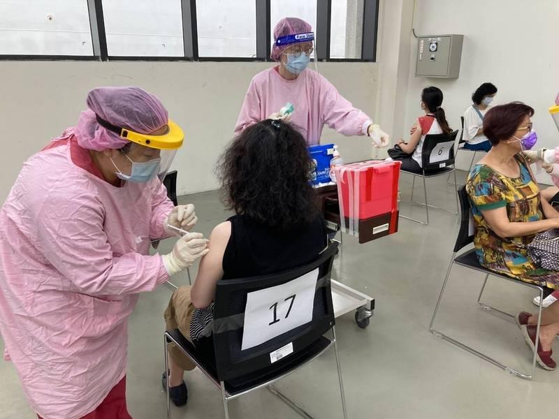 基隆港區施打疫苗情形。(圖由交通部提供)