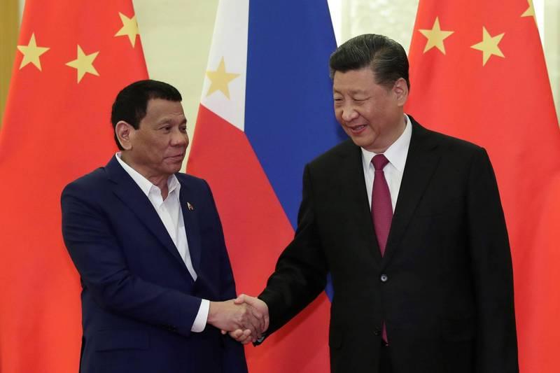 2019年4月,菲律賓總統杜特蒂(左)訪問中國,中國國家主席習近平(右)在北京人民大會堂接見。(路透檔案照)