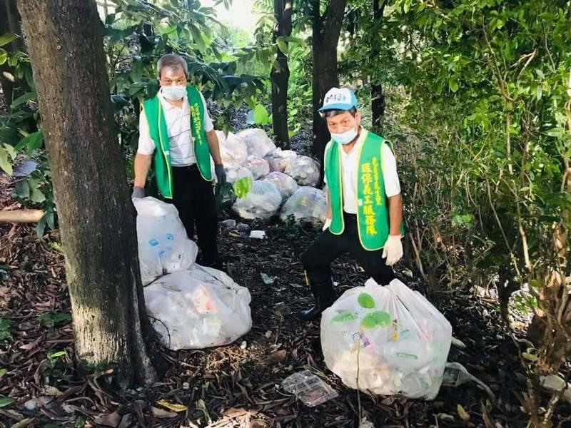 花蓮市美崙溪旁的山坡地昨被發現遭人棄置大量的垃圾,民生里長吳明崇與社區志工花了一個上午把多達30大包的垃圾清理乾淨。(圖由里長吳明崇提供)