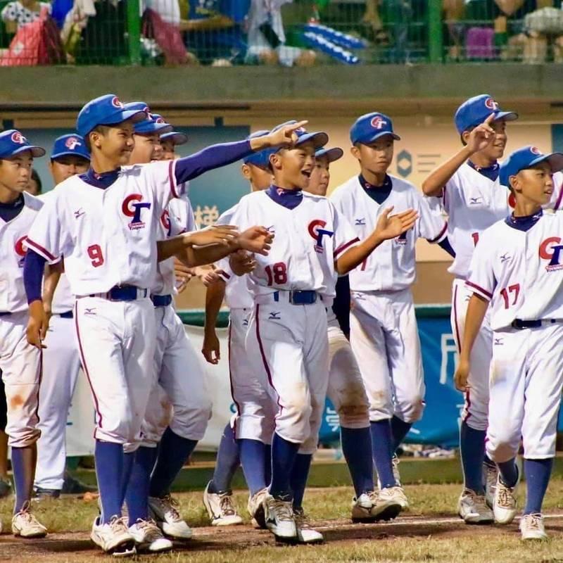 台灣防疫要團結,陳宗彥今天發文以2011年7月17日U12少棒賽台灣贏得冠軍為例,堅持到底才能贏得最後勝利。(圖擷自陳宗彥臉書,照片由棒球協會提供)