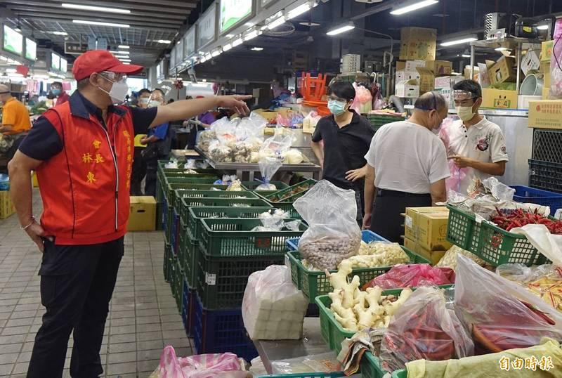 台北市環南市場今早恢復營業,會長林勝東(左)指市場已安全。(記者劉信德攝)