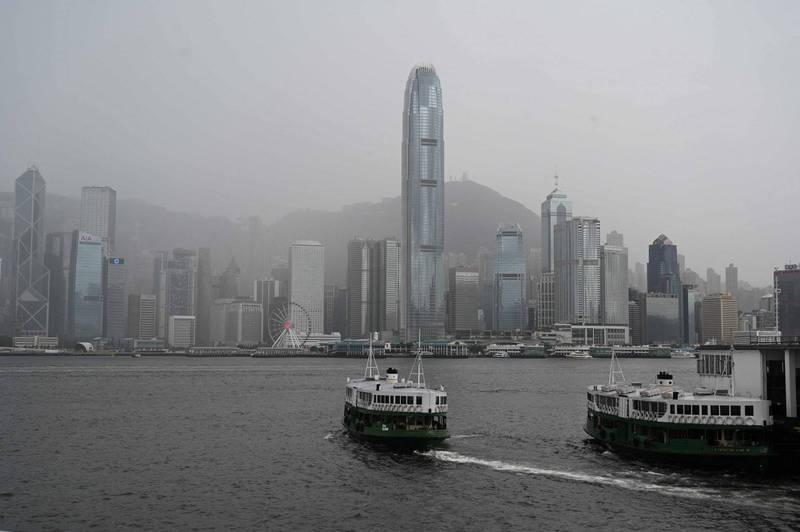 「港版國安法」在香港施行逾一年,陸委會今日指出,香港各領域自由人權續遭惡法打壓,社會瀰漫寒蟬效應,逾6成港人對未來環境及個人自由不具信心。(法新社)