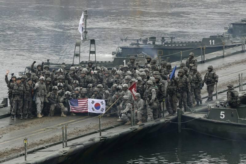 韓美聯合軍演將在下月登場。圖為美韓士兵於2015年聯合軍演合影。(美聯社)