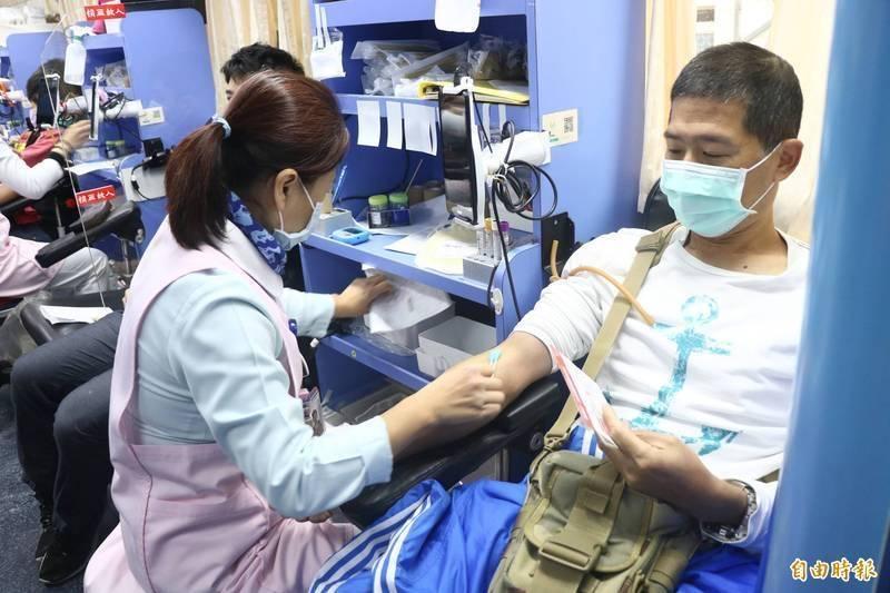 食藥署表示,捐血標準從未更改,相關傳言皆為錯誤消息。示意圖,非當事人。(資料照)