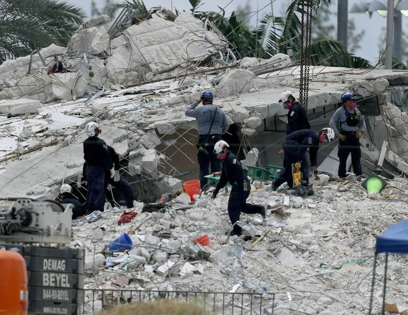 邁阿密倒塌大樓6日又發現了4名罹難者,死亡人數已增至32人,失蹤人數則為113人。(法新社)