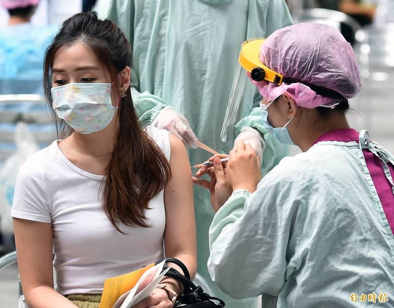 指揮中心指揮官陳時中今(6)日表示,評估疫苗接種狀況後,最快預計7月中開放第9類、第10類的對象施打武漢肺炎疫苗。(資料照)