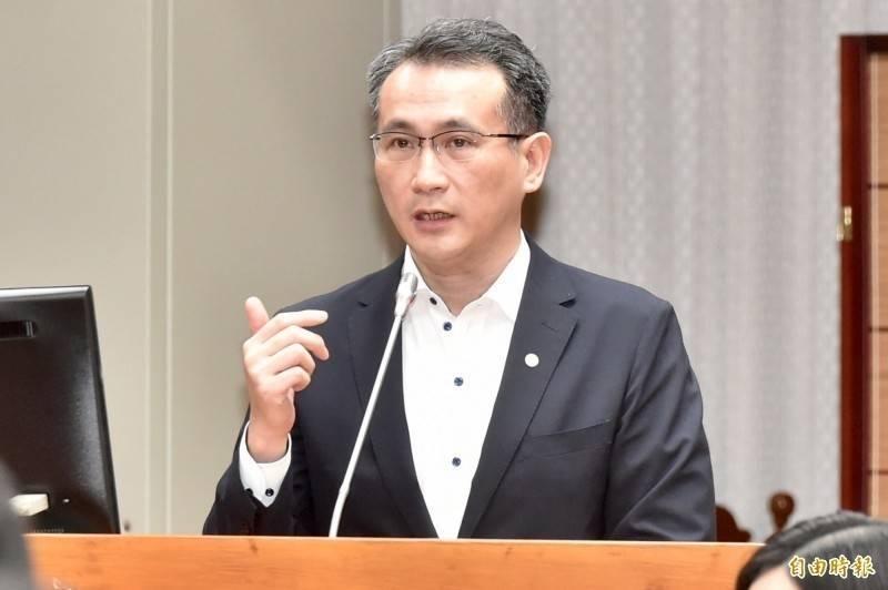 鄭運鵬(圖)抓包網友過去曾帶媽媽去接種AZ疫苗,狂酸「令堂注射的就是日本不要的AZ疫苗」。(資料照)