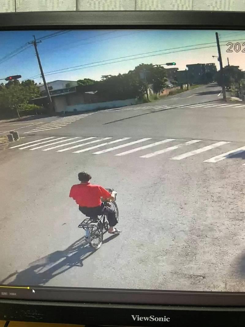 洪阿公騎腳踏車最後身影在六腳鄉雙涵社區。(家屬提供)