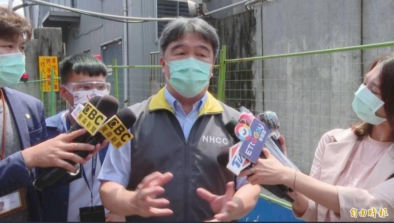 台北市長柯文哲提到思考對非法移工打疫苗,衛福部醫福會執行長王必勝(中)表示,這部分會和指揮中心再研究,這是實務上需要面對的問題。(記者楊心慧攝)