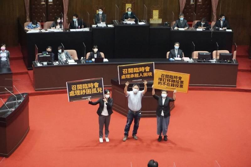 立法院時力黨團今天在立院全院談話會選擇以不投票但在議場內舉牌呼籲的方式,來表達立場及訴求。(立法院時代力量黨團提供)