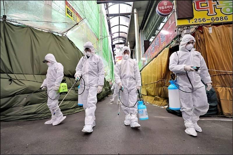 受Delta變種病毒肆虐影響,南韓今通報過去一天新增超過1200例,國務總理金富謙警告,目前是最關鍵的危機時刻,社交距離措施再延長一星期,且不排除將防疫警戒升至最高級別。(法新社)