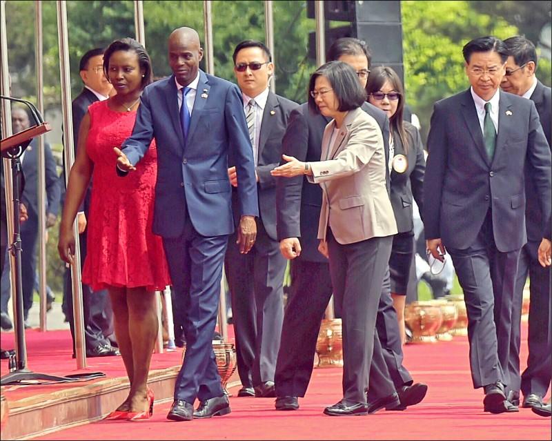 我友邦海地總統摩依士驚傳遭武裝人士槍殺身亡。圖為2018年5月摩依士伉儷(左一、二)訪台,接受蔡總統軍禮歡迎。(資料照)